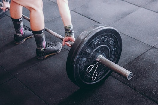 Gym chalk can tend to be messy when using it for weightlifting